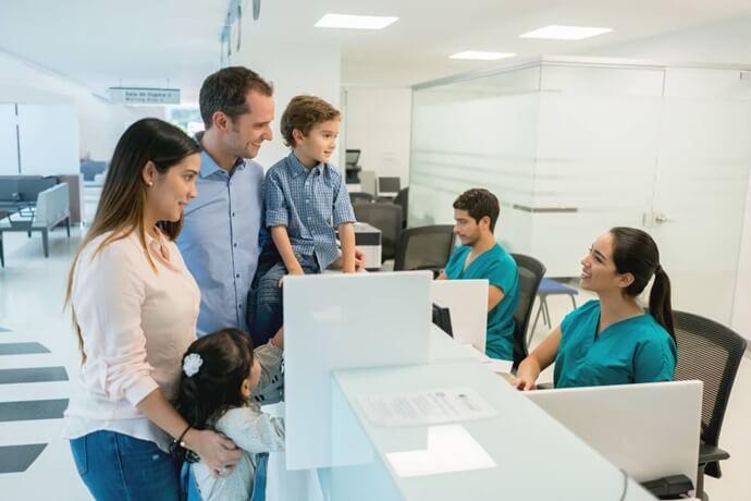 Unidade Saúde Familiar: Consulta médica com a família.