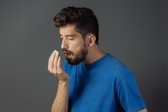 Mau hálito: Saiba quais são as causas e como tratar