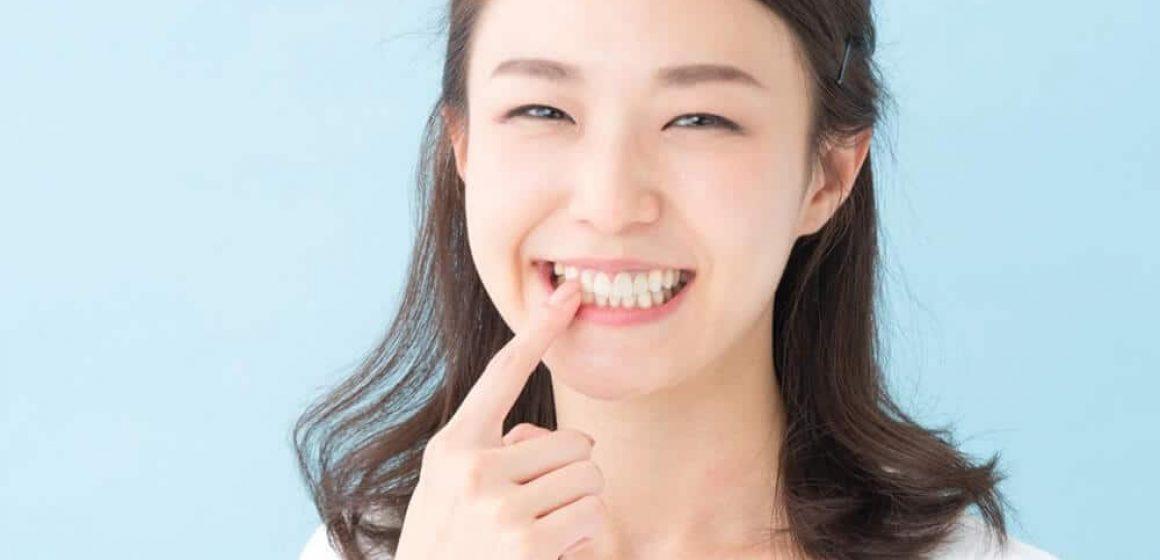 Dentes amarelados: Saiba as principais causas e o que fazer