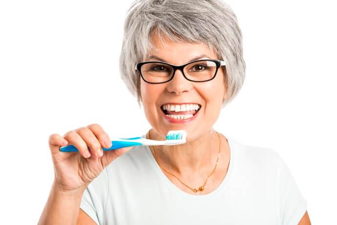 como fazer a higiene bucal do idoso