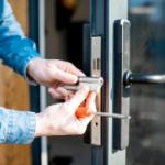 Conserto definitivo ou provisório da porta de acesso. Profissional qualificado para consertar portas e janelas .