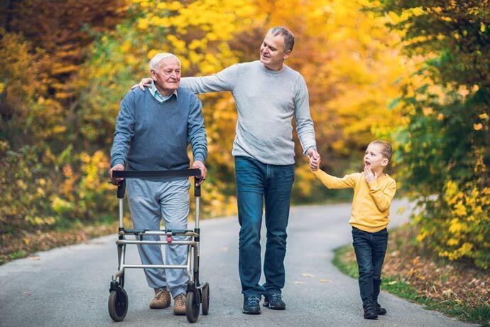 Quem deve cuidar do idoso na família?