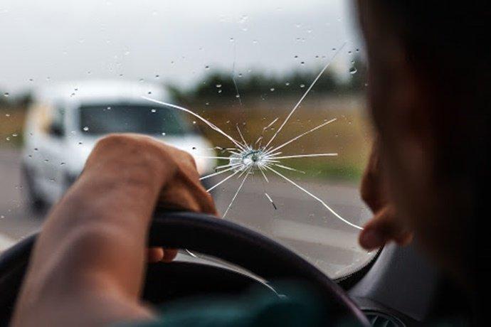 É muito perigoso dirigir com o para-brisa trincado?